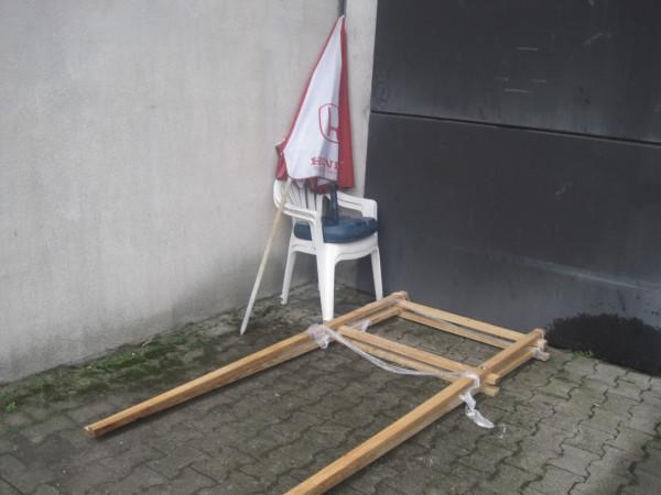 Stolice na kojima su sjedili obitelj Markić ispred Ministarstva