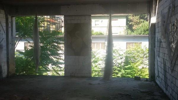 Na zidovima su zavjese ( ne znamo zašto)