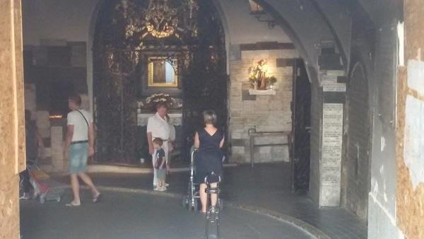 Turisti posjećuju Kamenita vrata