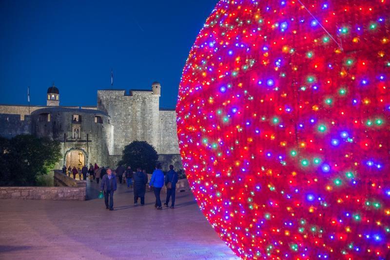 05.12.2015., Dubrovnik - Umjetni snijeg, okicene jelke, velike kugle i ostali svjetleci ukrasi uljepsavaju adventsko razdoblje. Photo: Grgo Jelavic/PIXSELL