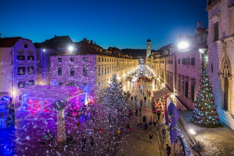 05.12.2015., Dubrovnik - Umjetni snijeg, okicene jelke, velike kugle i ostali svjetleci ukrasi na Stradunu uljepsavaju adventsko razdoblje. Photo: Grgo Jelavic/PIXSELL