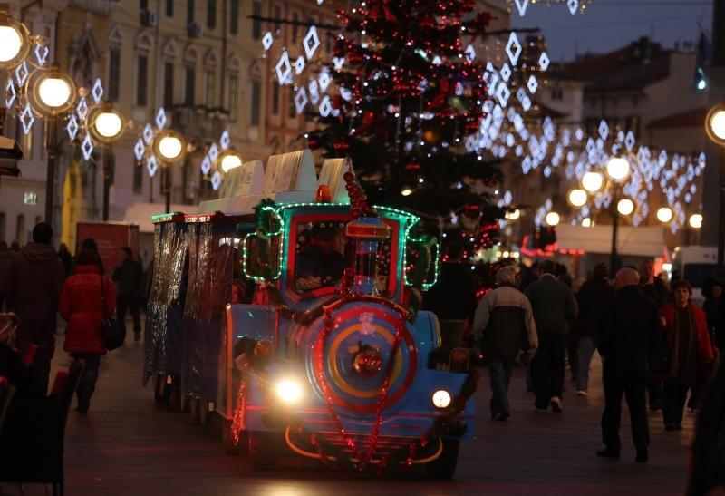 08.12.2015., Rijeka - Korzo i okolne ulice ukrasene su blagdanskim dekoracijama. Korzom vozi vlak Djeda Bozicnjaka. Photo: Goran Kovacic/PIXSELL