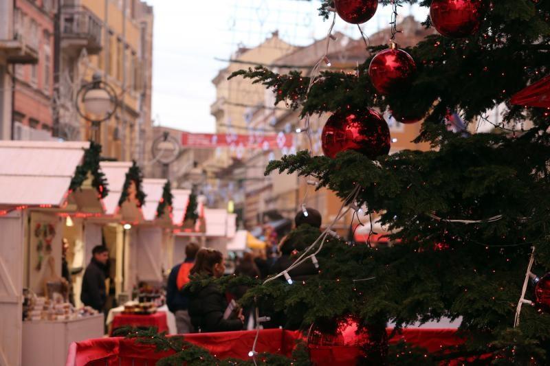 08.12.2015., Rijeka - Korzo i okolne ulice ukrasene su blagdanskim dekoracijama. Drvene kucice s prigodnim ponudama privlace paznju gradjana. Photo: Goran Kovacic/PIXSELL