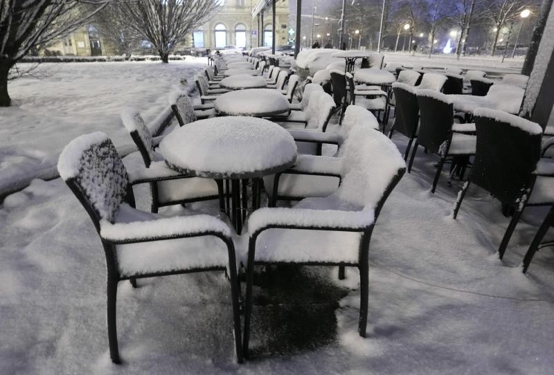 09.02.2014., Zagreb - Terase kafica iznad Importanne galerije i fontana prekriveni su snijegom koji je padao cijeli dan. Photo: Tomislav Miletic/PIXSELL