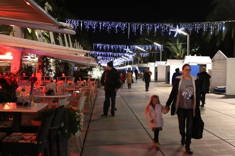 28.11.2015., Split - Na adventskom vijencu dekoriranom u sklopu fontane na Trgu dr. Franje Tudjmana upaljena je prva adventska svijeca. Photo: Miranda Cikotic/PIXSELL