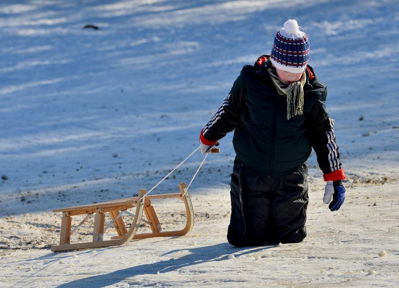 29.12.2014., Zagreb - Prekrasan i suncan dan gradjani iskoristili za sanjkanje s djecom na zagrebackom Cmroku. Photo: Marko Prpic/PIXSELL