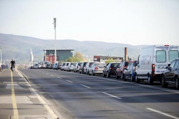 Petar Glebov/PIXSELL Na mostu slobode čekalo cijelo je jutro bila velika kolona, a za prelazak mosta čekalo se i do 10 minuta.