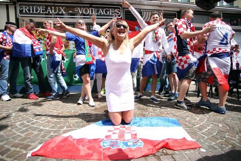 25.06.2016., Lens, Francuska - UEFA EURO 2016., osmina finala, Hrvatska - Portugal. Navijaci Hrvatske i Portugala u gradu uoci utakmice. Photo: Goran Stanzl/PIXSELL