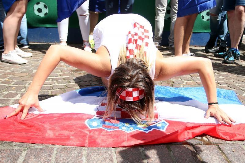 25.06.2016., Lens, Francuska - UEFA EURO 2016., osmina finala, Hrvatska - Portugal. Navijaci Hrvatske i Portugala u gradu uoci utakmice. Jedna od navijacica ljubi zastavu Photo: Goran Stanzl/PIXSELL