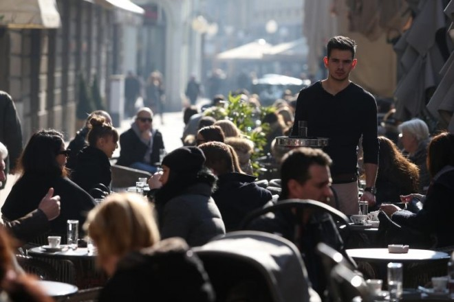 16.02.2017., Zagreb - Sunce i topliji dani izmamili ljude van, te su terasa kafica ponovno pune zivota.  Photo: Dalibor Urukalovic/PIXSELL