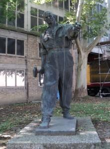 Končarev spomenik u dvorištu tvornice Končar-Siemens u Zagrebu, rad Vanje Radauša