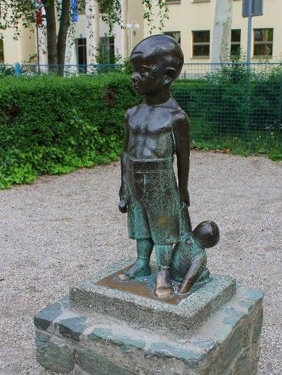 Spomenik Malog Djecaka S Cekicem I Medom U Ruci Krije Jezivu Pricu