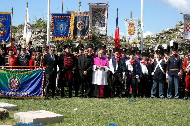 Zagreb: Pripadnici Saveza povijesnih postrojbi HV-a položili vijenac na Oltar domovine